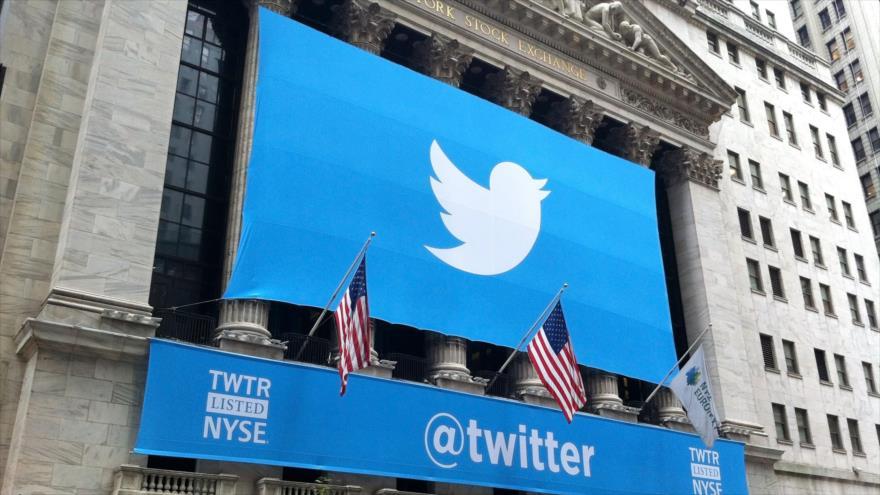 Una pancarta con el logotipo de Twitter colocada en la fachada de la Bolsa de Nueva York, en EE.UU.