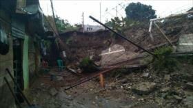 Vídeo: Se derrumba una cancha de fútbol sobre una vivienda