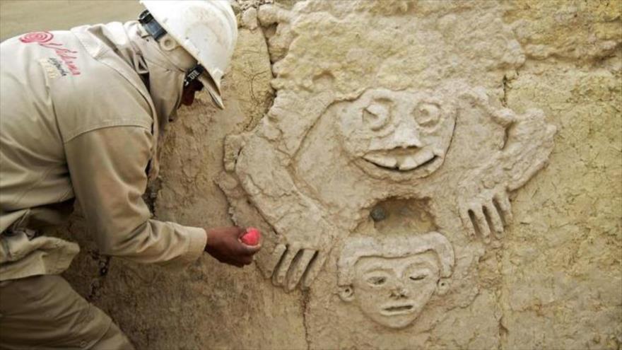 Hallado en Perú un mural con un 'sapo humanizado' de 3800 años | HISPANTV