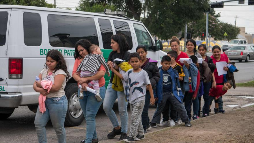 Un grupo de migrantes centroamericanos llegan a un centro de detención en Texas (EE.UU.), 12 de junio de 2019. (Foto: AFP)