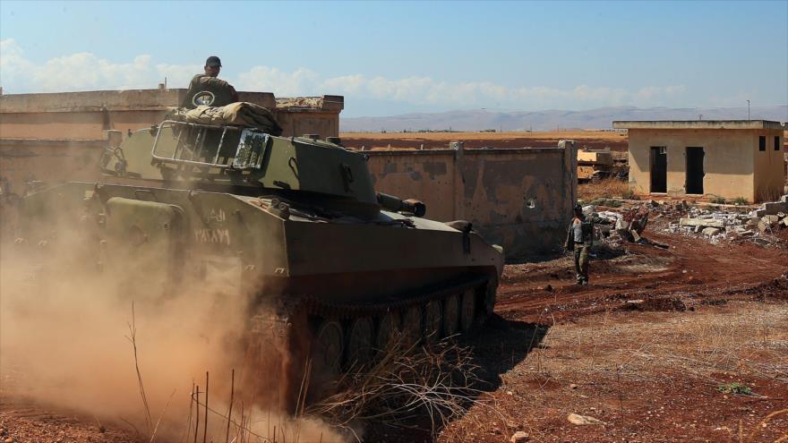 Un tanque del Ejército sirio se dirige hacia la ciudad de Jan Sheijun, en el sur de la provincia de Idlib, 18 de agosto de 2019. (Foto: AFP)