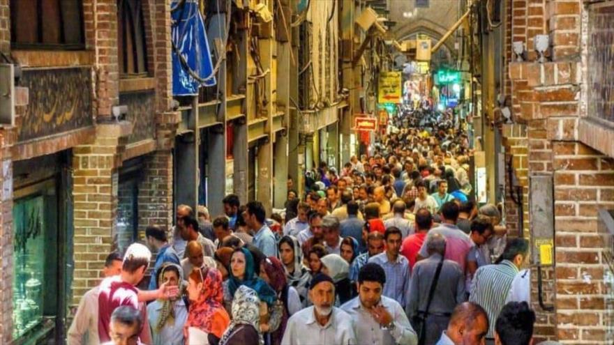 """Miles de los iraníes acuden al mercado """"Bazar Bozorg"""", en Teherán, capital de Irán."""