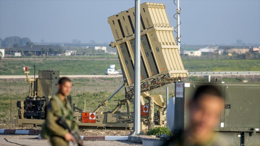 Soldados israelíes patrullan cerca de un sistema antiaéreo de Cúpula de Hierro, en los ocupados altos del Golán. (Foto: AFP)