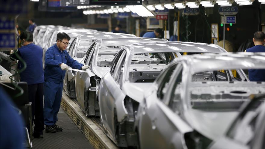 Un trabajdor trabaja en una línea de ensamble de la compañía Hyundai en Corea del sur.