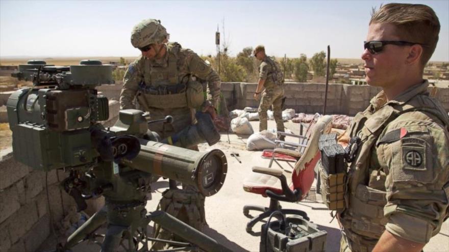 Soldados estadounidenses junto a un lanzacohetes guiado en un puesto en el este de la ciudad de Tal Afar, norte de Irak.