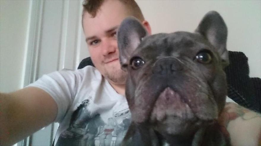 Stuart Hutchison junto a su perro, Nero.