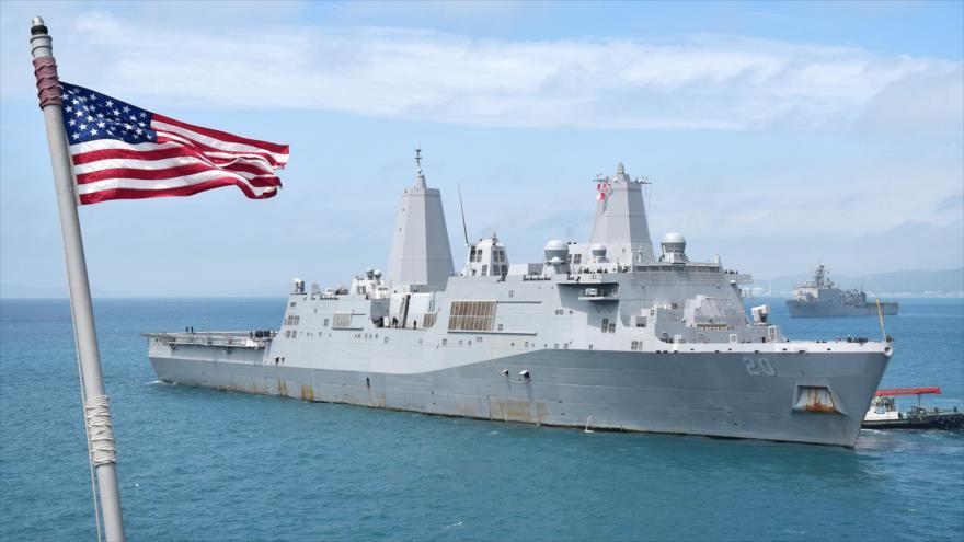 El buque de guerra estadounidense USS Green Bay (LPD 20) en la instalación Naval de White Beach en Japón, 19 de marzo de 2018.