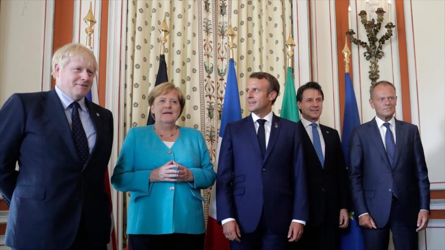 El premier británico, Boris Johnson (izda.), el jefe del Consejo Europeo, Donald Tusk (dcha.) y otros líderes europeos en Biarritz, 24 de agosto de 2019.