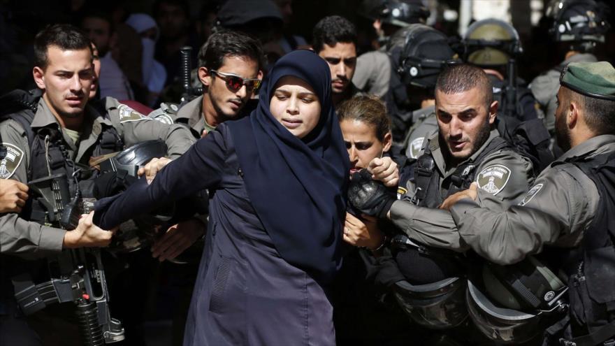 Fuerzas israelíes detienen a una mujer palestina en Al-Quds (Jerusalén).