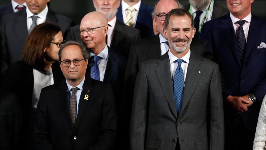 El presidente catalán, Quim Torra (izda.) junto al rey de España, Felipe VI, en una ceremonia en Barcelona, 10 de mayo de 2019. (Foto: AFP)