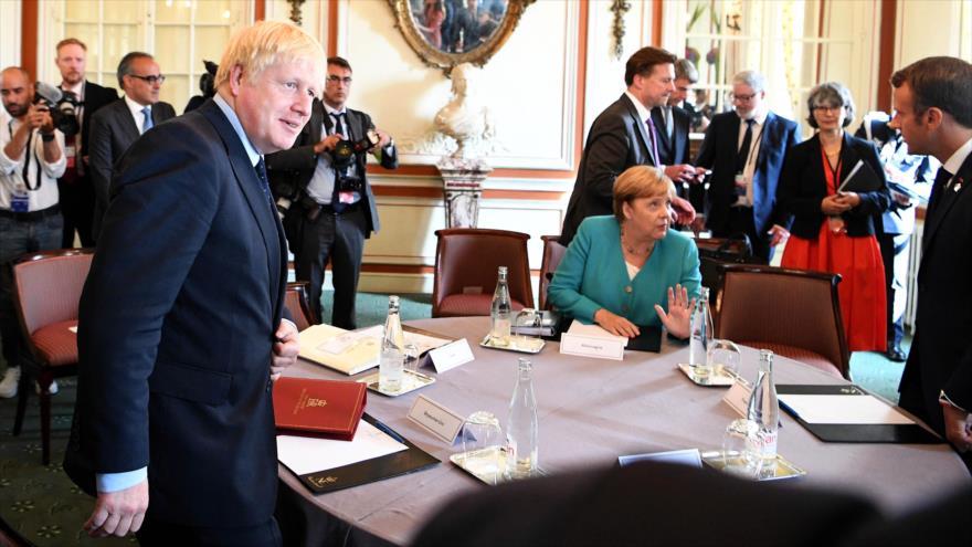 El premier británico, Boris Johnson (izda.), en una reunión con otros líderes europeos en Biarritz, Francia, 24 de agosto de 2019.