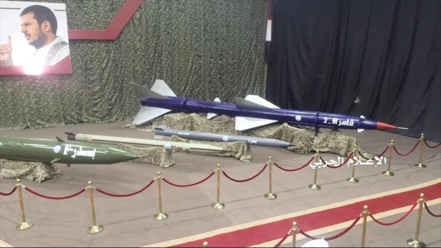 Un misil balístico tipo Badr-1 (2.º dcha.) durante una exhibición en un lugar no identificado en Yemen.