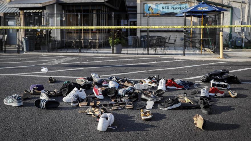 Los zapatos de las víctimas se amontonan en la escena de un tiroteo masivo sucedido en Dayton, en el estado de Ohio, 4 de agosto de 2019.