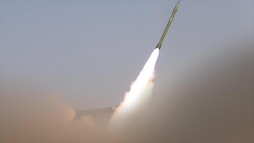 Fuerzas yemeníes lanzan un misil balístico contra las tropas saudíes en Jizan.