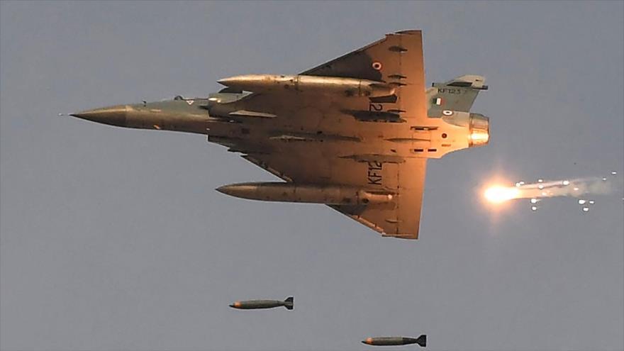 Un caza indio Mirage lanza bombas durante una maniobra militar en Pokhran, en el estado indio de Rajasthan, 16 de febrero de 2019. (Foto: AFP)