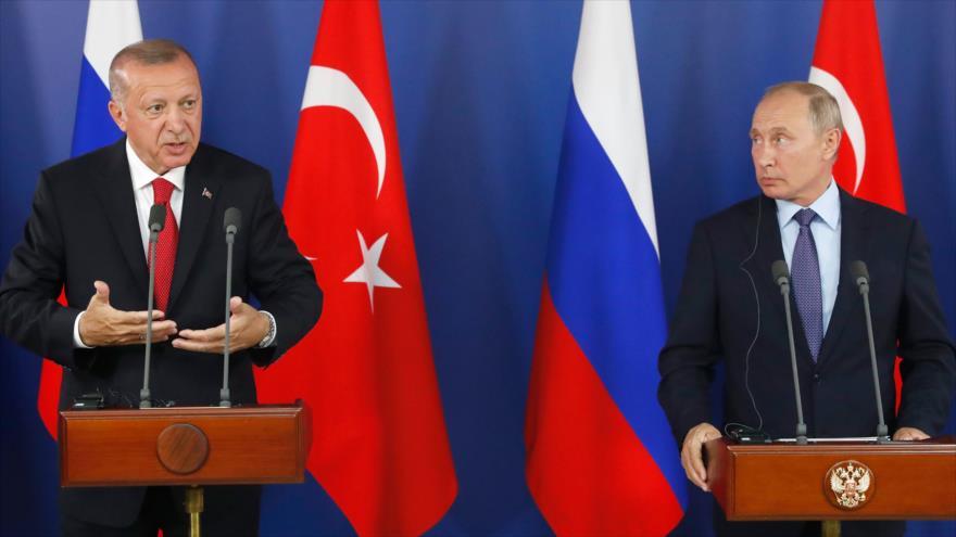 El presidente ruso, Vladimir Putin (dcha.), y su homólogo turco, Recep Tayyip Erdogan, ofrecen una rueda de prensa, 27 de agosto de 2019. (Foto: AFP)