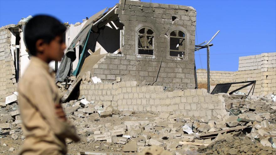 Un niño yemení al lado de una casa demolida por ataques saudíes contra Saná, la capital de Yemen, 1 de febrero de 2019. (Foto: AFP)
