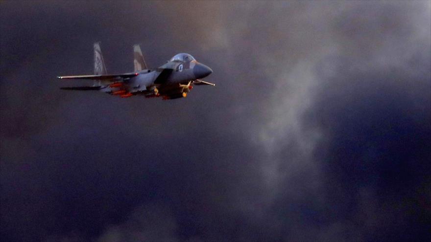 Un avión de combate israelí F-15 vuela durante un espectáculo aéreo en el sur de los territorios ocupados, 27 de junio de 2019. (Foto: AFP)