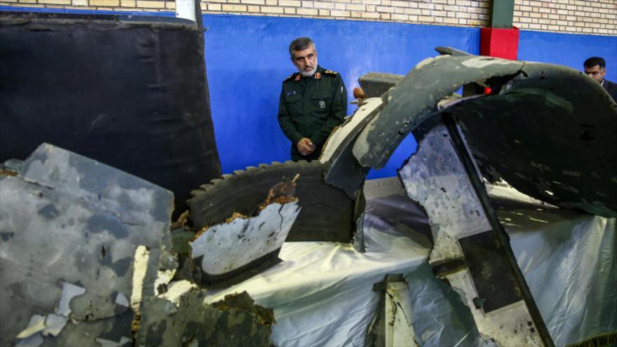 General Amir Ali Hayizade, comandante de la División Aeroespacial del CGRI de Irán, mira los restos del dron abatido de EE.UU., 21 de junio de 2019. (Foto: AFP)