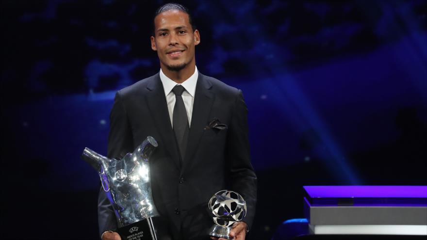 El defensor holandés Virgil van Dijk posa con su trofeo de Mejor jugador de la UEFA en Mónaco, 29 de agosto de 2019. (Foto: AFP)