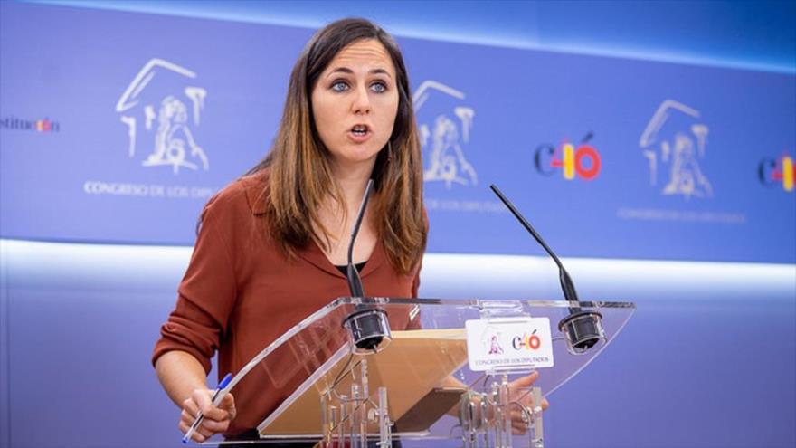 La portavoz adjunta de Podemos, Ione Belarra, ofrece una rueda de prensa en el Parlamento español.