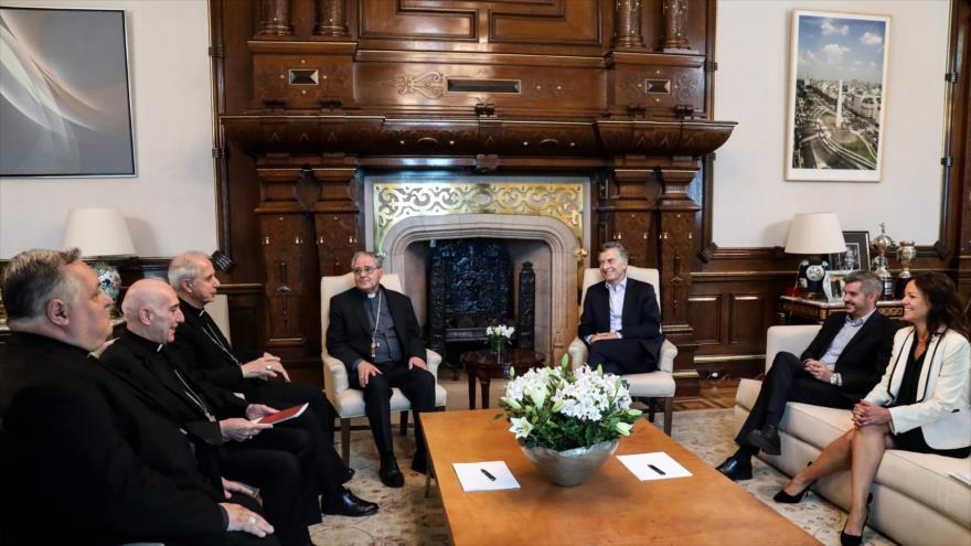El presidente de Argentina, Mauricio Macri, (3º a la dcha.) en una reunión con la comisión ejecutiva de la Conferencia Episcopal Argentina (CEA).