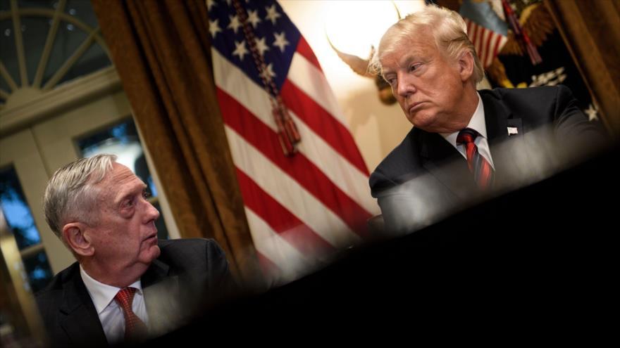 El entonces secretario de Defensa de EE.UU., James Mattis (dcha.), junto al presidente, Donald Trump, en la Casa Blanca, el 23 de octubre de 2018. (Foto: AFP)