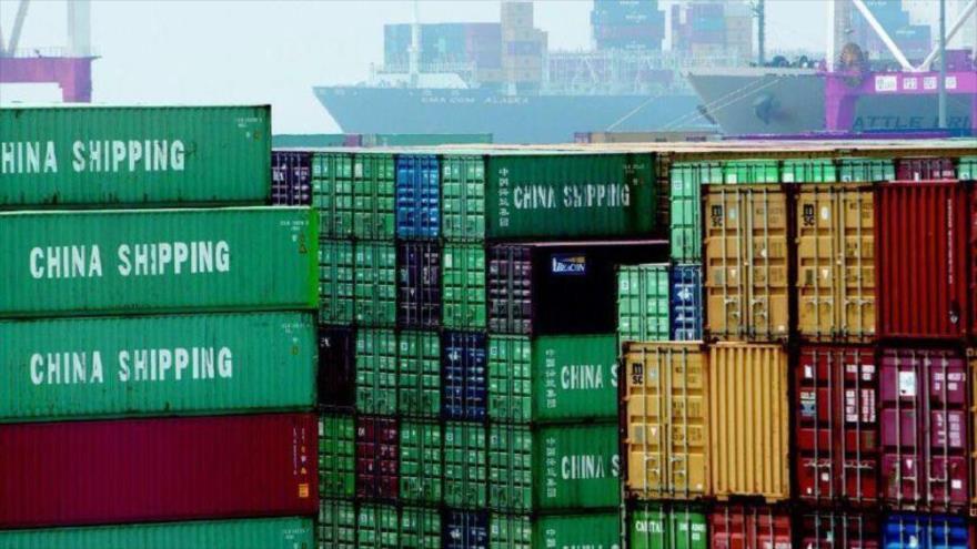 Contenedores de carga con productos hechos en China acopiados en un puerto chino.
