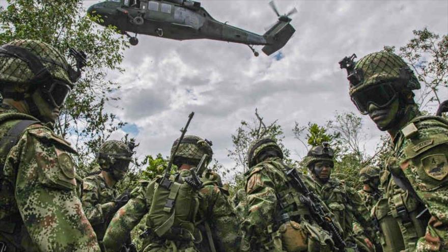 Efectivos de las Fuerzas Armadas de Colombia reciben apoyo aéreo en una misión.