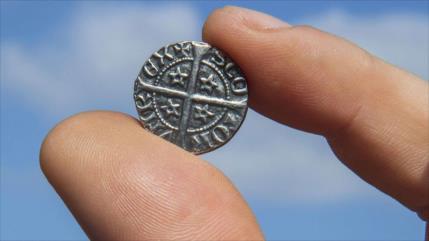 Hallan en el Reino Unido un tesoro de monedas de hace 700 años