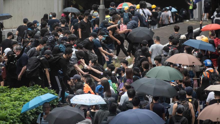 Manifestantes se reúnen en una carretera durante un mitin en Hong Kong, 31 de agosto de 2019. (Foto: AFP)