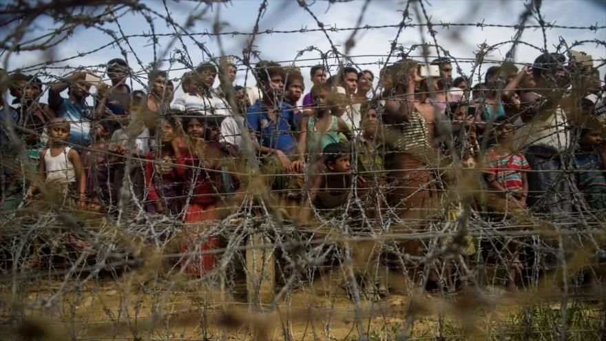 Los refugiados Rohingya se encuentran en la llamada tierra de nadie entre Bangladés y Myanmar, 25 de abril de 2018.