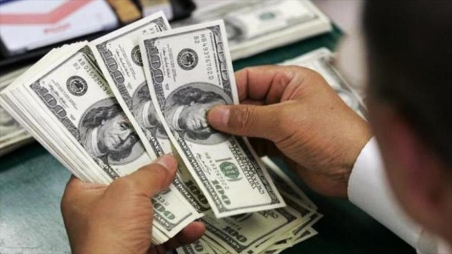 Argentina limita compra de dólares para frenar crisis económica.