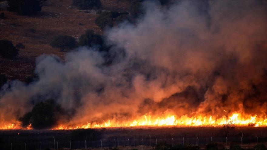 Un incendio producido por ataques en las fronteras que comparten El Líbano y los territorios ocupados palestinos, 1 de septiembre de 2019. (Foto: AFP)