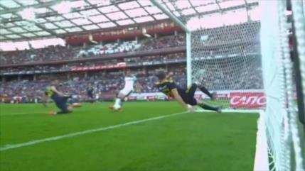 Vídeo: Futbolista realiza doble salvada ante 2 goles indiscutibles
