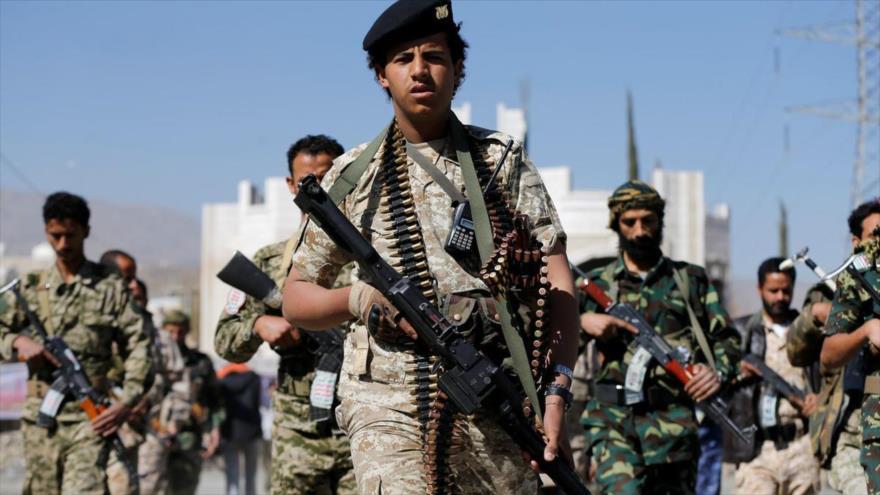 Fuerzas del Ejército yemení y combatientes de Ansarolá durante un desfile militar en Saná, capital de Yemen.