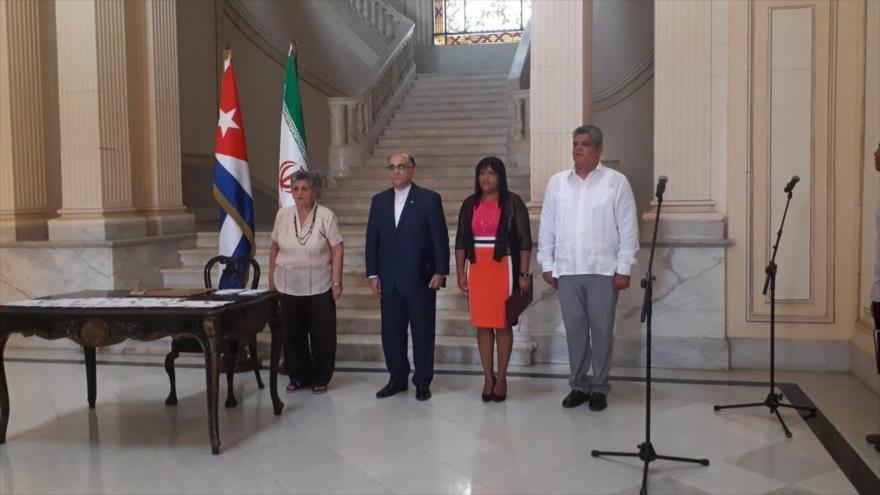 Vicecanciller cubana (2.ª dcha.) y el embajador de Irán Cuba (2.º izq.) en la ceremonia del 40.º aniversario de los lazos Teherán-La Habana, 3 de septiembre de 2019.