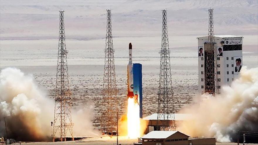 El cohete portador del satélite iraní Simorq (Fénix) en la plataforma de lanzamiento, 27 de julio de 2017.