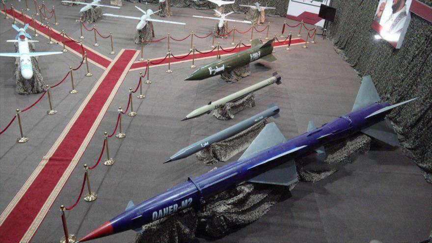 El Ejército de Yemen presenta diferentes tipos de sus misiles drones, de fabricación nacional durante una exhibición.