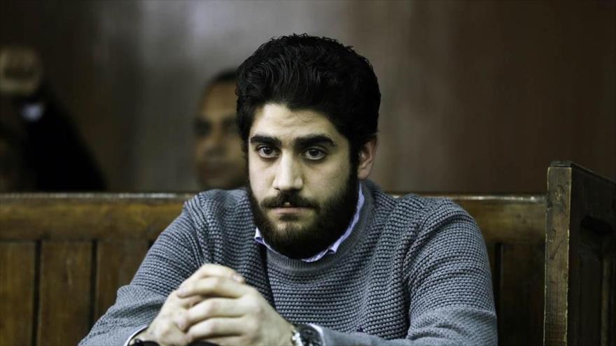 Abdulá Mursi, hijo del expresidente derrocado egipcio Muhamad Mursi, es visto durante el juicio en El Cairo, 10 de diciembre de 2016.