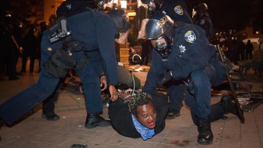 La Policía estadounidense detiene a un afrodescendiente durante una manifestación.