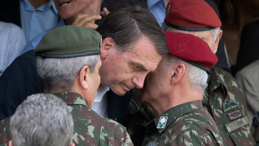 El presidente brasileño, Jair Bolsonaro (centro), durante un acto militar en Río de Janeiro, 24 de noviembre de 2018. (Foto: AFP)
