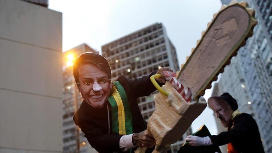 Un manifestante con una máscara similar a la del presidente de Brasil, Jair Bolsonaro, protesta en defensa del Amazonas, en Río de Janeiro, 5 de septiembre de 2019.