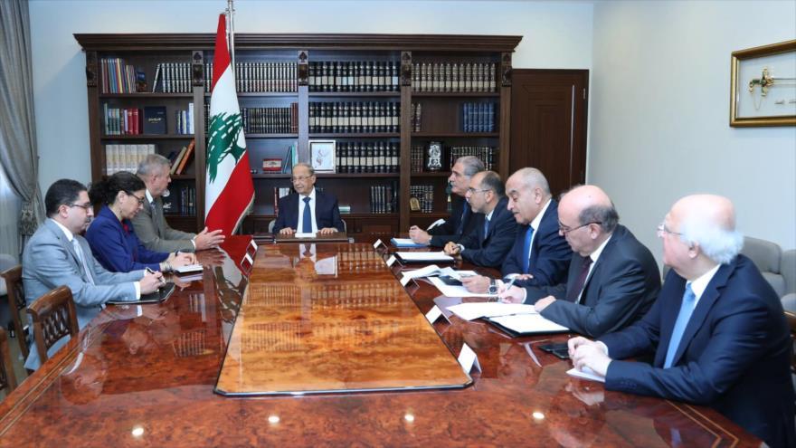 El presidente libanés, Michel Aoun (centro), se reúne con el coordinador especial la ONU para El Líbano, Jan Kubis, Beirut, 6 de septiembre de 2019.