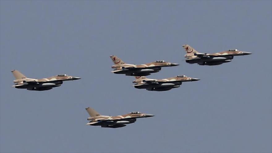 Cazas F-16 del régimen israelí durante una maniobra en los territorios ocupados palestinos. (Foto: AFP)