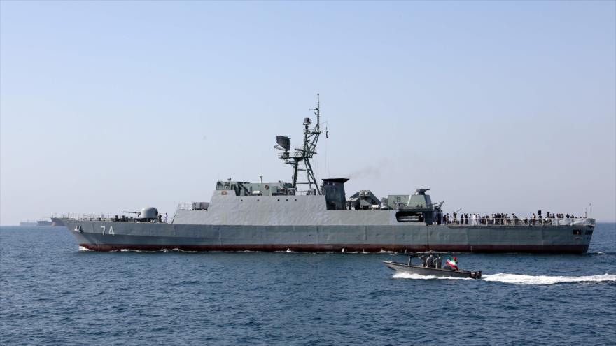 """Un buque de guerra de la Armada iraní participa en el """"Día Nacional del Golfo Pérsico"""" en el estrecho de Ormuz, 30 de abril de 2019. (Foto: AFP)"""