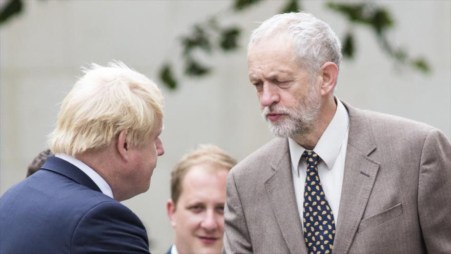 El líder laborista británico, Jeremy Corbyn (dcha.), y el premier británico, Boris Johnson.