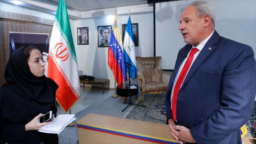 El embajador de Cuba en Teherán (capital iraní), Alexis Bandrich Vega, y una reportera de la agencia iraní de noticias IRNA, 8 de septiembre de 2019.