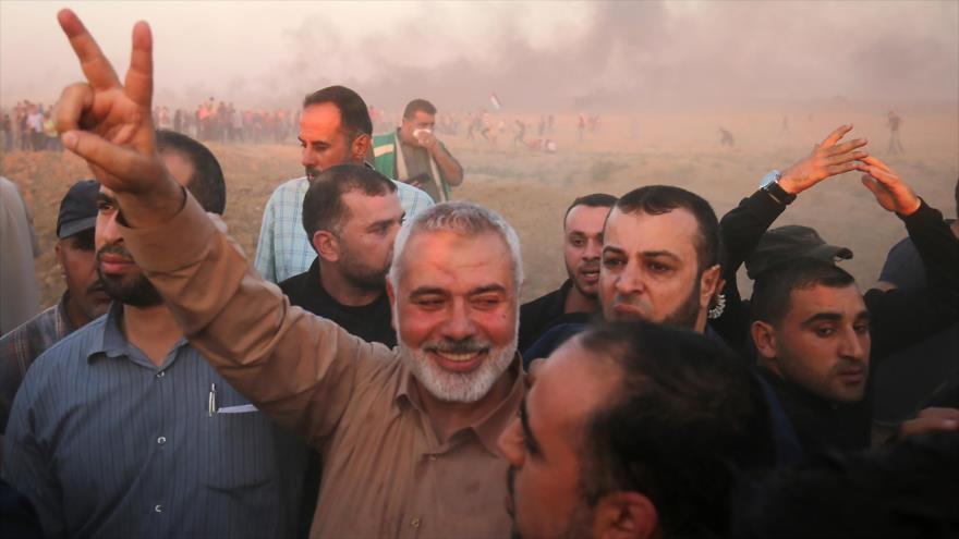 El jefe de la dirección política de HAMAS, Ismail Haniya (centro), con varios simpatizantes, Franja de Gaza, 12 de octubre de 2018. (Foto: AFP)