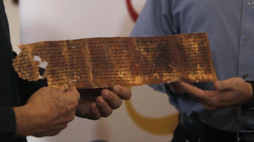 Una réplica de los Manuscritos hallados en el mar Muerto.